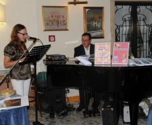 Il Maestro Pasquale Trani al piano Viviana Mancini legge poesie dell'Antologia  Ischia, un'isola d'amore