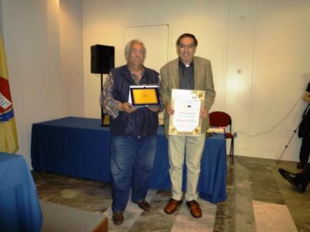 Antonio Mencarini premia Antonino D'Accorso con la targa del Parlamento Europeo comp