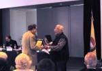 Antonio Mencarini premia un vincitore comp
