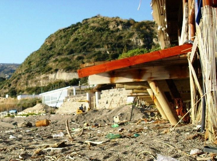 1 Maronti Ischia muro in costruzione 2012 12 27