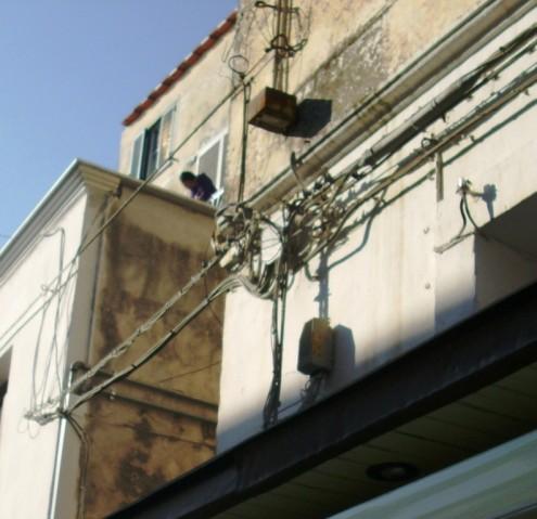 Cavi elettrici aerei nel centro urbano di Ischia 3