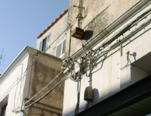 Cavi elettrici aerei nel centro urbano di Ischia 4