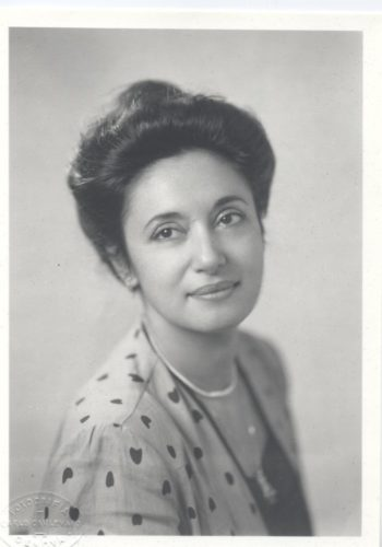 Nina Lavieri - scrittrice, giornalista - traduttrice Nina Lavieri Breve Curriculum circa la vita artistica di Nina Lavieri Nina Lavieri vive ed opera a Genova
