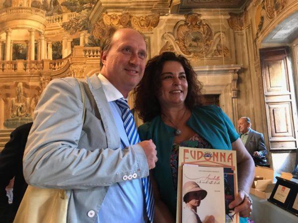 Anna Maria Petrova (con in mano un suo libro e la rivista Eudonna) insieme a Luca Filipponi che fa parte dei dirigenti e organizzatori dello Spoleto Festival Art 2019, del Menotti Festival Art 2019 e di Spoleto letteratura 2019.