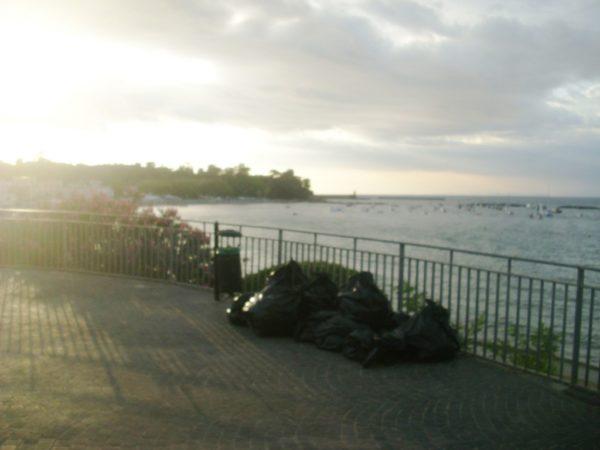 Ischia panorama con immondizia