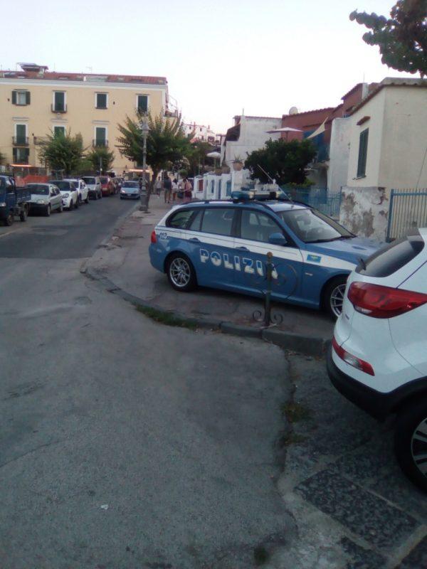 Auto polizia su marciapiede