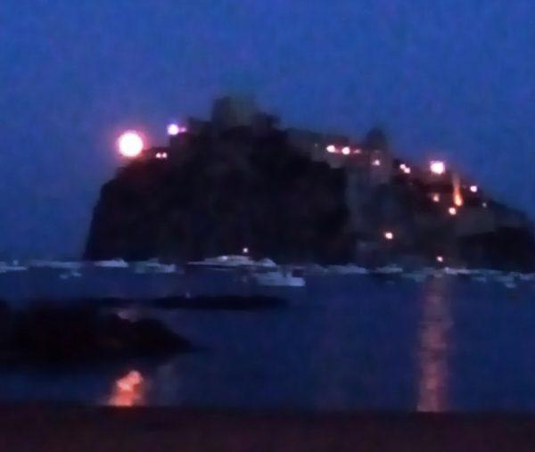 Luna sul Castello Aragonese di Ischia