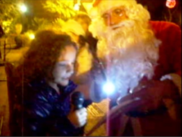 Carro di Tespi-Slitta natalizia-Piazza Eroi - Bambina legge poesia