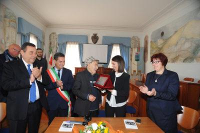 Carlo Riccardi consegna riconoscimento