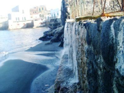 Ischia: la cascata di acqua marina, o quasi! Qualcuno dice che solo gli Enti pubblici possono scaricare nel mare liquidi depurati.