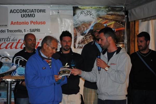 Pasquale Ruggiero omaggia il Generale Antonio Gagliardo Presidente Lega Navale Italiana Sezione di Scario e grande appasionao di poesie!