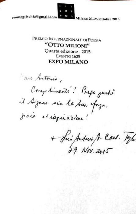 Sua Eminenza Cardinale Luis Antonio Tagle firma una dedica corretta